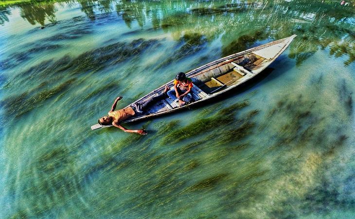 পানির সবুজ এ ছোঁয়াতেই জীবন এখানে সাজানো।  স্থান: ঘাঘট নদী, গাইবান্ধা (ছবি: রেজওয়ান রহমান)