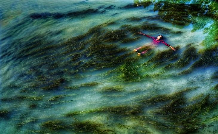 গ্রাম্য কিশোরীর আনন্দ। স্থান: ঘাঘট নদী, গাইবান্ধা (ছবি: রেজওয়ান রহমান)